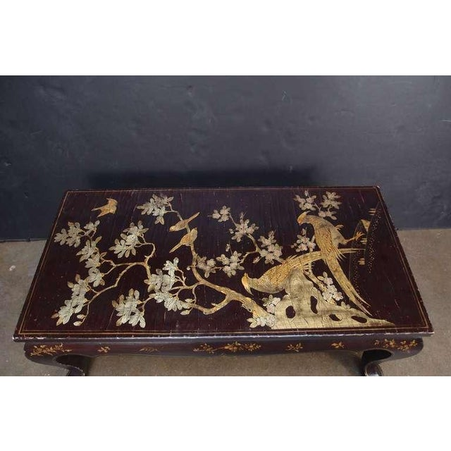 A Chinoiserie Brown Lacquer and Gilt Decorated Coffee Table For Sale In Austin - Image 6 of 7