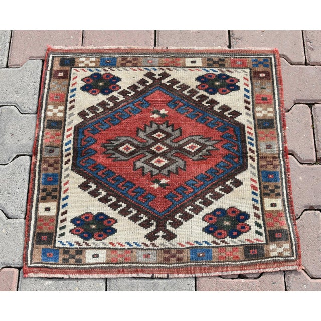 This is a small, doormat sized Oushak rug. Size => 64 x 64 -//- 25 x 25 inches Color => Muted multi Color Material => wool...