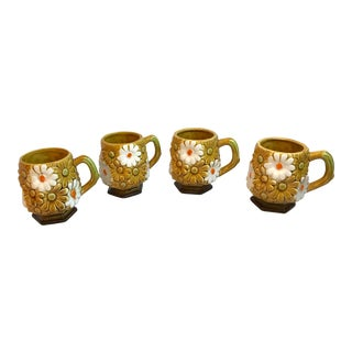 Vintage Mid-Century Gold and White Daisy Ceramic Coffee Mugs - Set of 4 For Sale