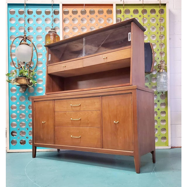 Mid Century Buffet / display Cabinet l. Super cool 1960s era walnut wood medium size cabinet by American of Martinsville,...