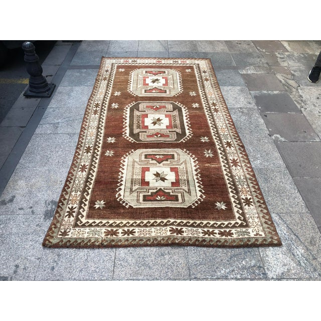 1960s Vintage Handmade Turkish Bohemian Wool Rug- 4′5″ × 8′4″ For Sale - Image 9 of 11