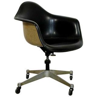 Mid Century Modern Eames Herman Miller Fiberglass Swivel Shell Armchair 1960s For Sale