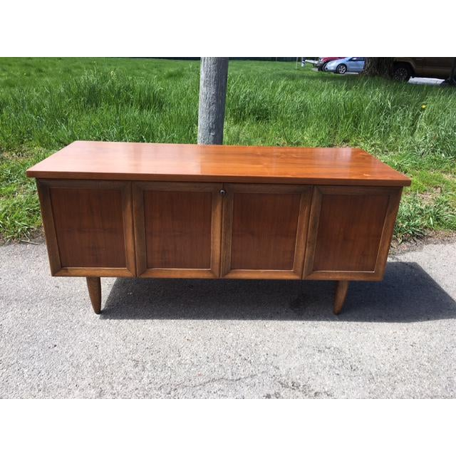 Lane Sweetheart-style cedar-lined hope chest. This piece has the lovely, crisp, smooth mid century lines of the period....
