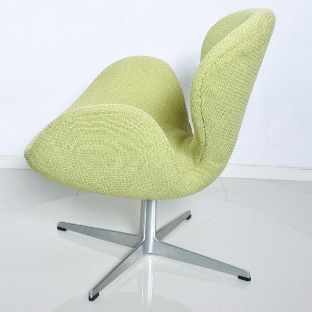 1960s Mid Century Modern Original Iconic Swan Chairs Arne Jacobsen for Fritz Hansen For Sale - Image 5 of 11