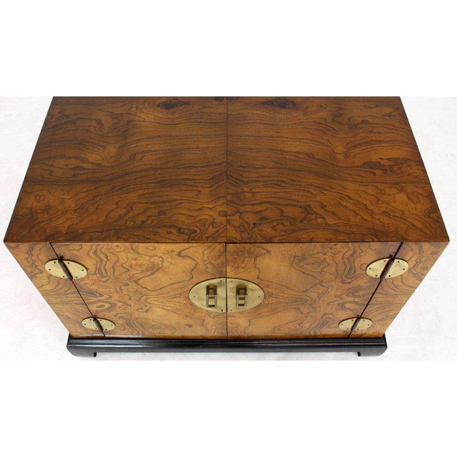 1970s Mid-Century Modern Burl Walnut Black Lacquer Base Brass Hardware Cube Shape End Table For Sale - Image 11 of 14