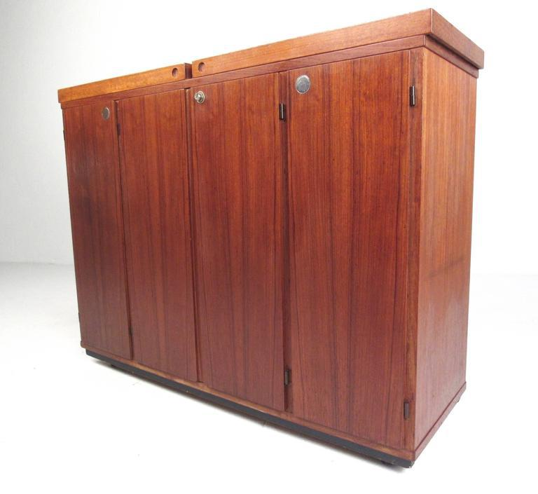 Etonnant This Beautiful Vintage Teak Bar Cabinet Makes A Stylish And Versatile  Addition To Home Or Office