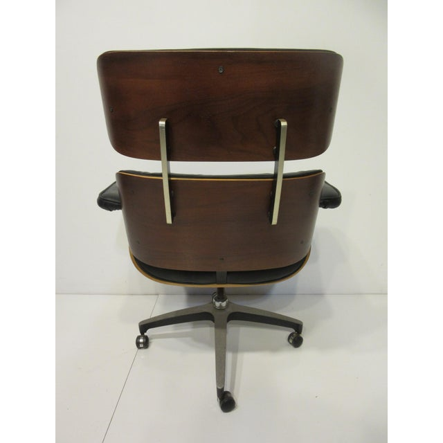 Selig Mid-Century 670 Walnut / Leather Rolling Desk Chair by Selig For Sale - Image 4 of 11