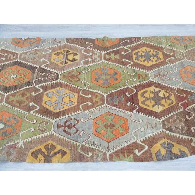 Vintage Handwoven Turkish Kilim Rug - 4′5″ × 9′2″ For Sale - Image 4 of 6