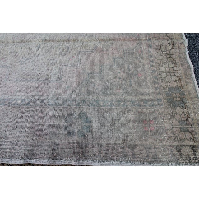 Mid 20th C. Vintage Antique Tribal Oushak Neutral Soft Hand Knotted Turkish Rug - 4'9 X 8'7 For Sale In Houston - Image 6 of 6