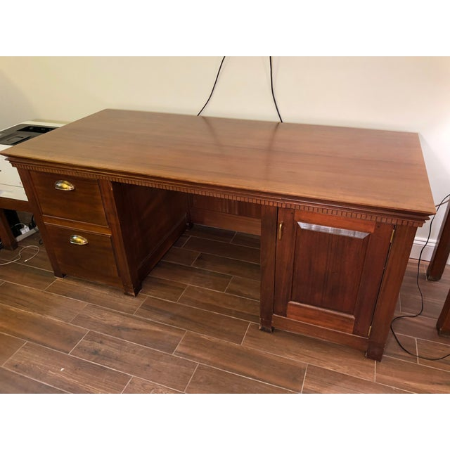 1990s Traditional Partner Mahogany Desk For Sale - Image 10 of 10