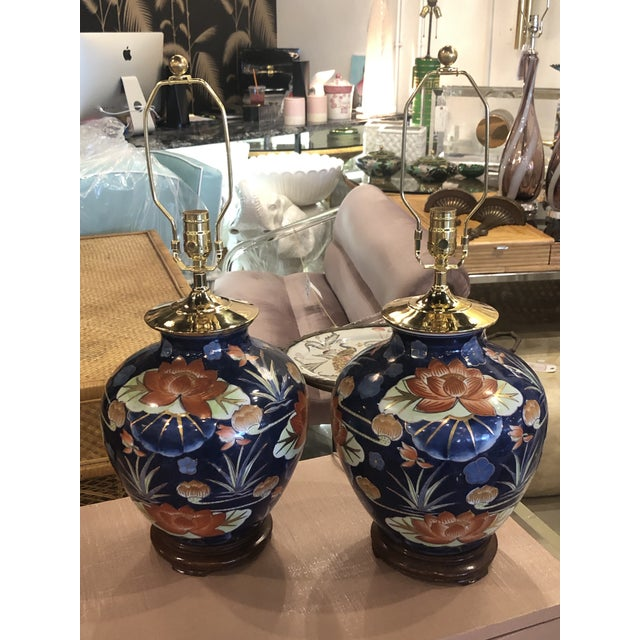 Vintage Chinoiserie Navy Blue & Orange Lotus Floral Brass Pagoda Table Lamps - a Pair For Sale - Image 10 of 13