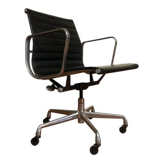 Eames Aluminum Group Management Chair by Herman Miller - Black Leather Armchair on Wheels For Sale
