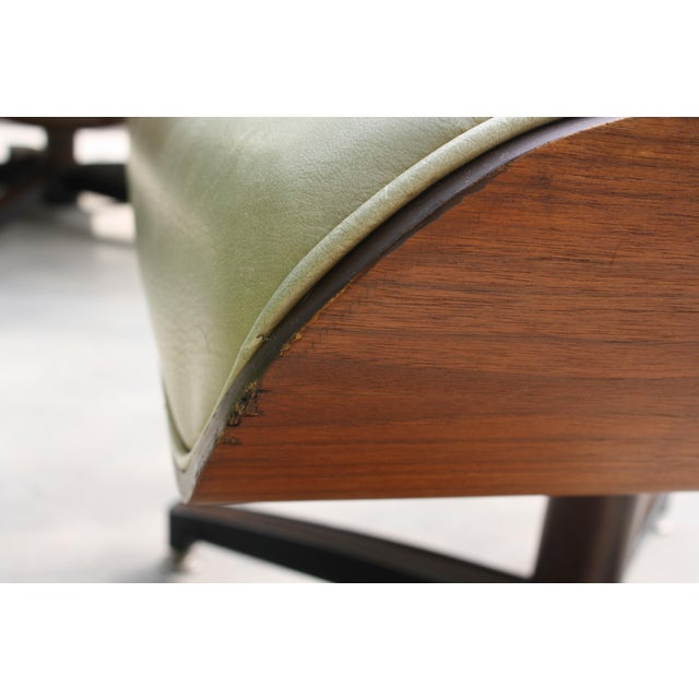 Mid-Century Modern Eames-Style Naugahyde Upholstered Walnut Laminated Lounge Chair and Ottoman For Sale - Image 10 of 13