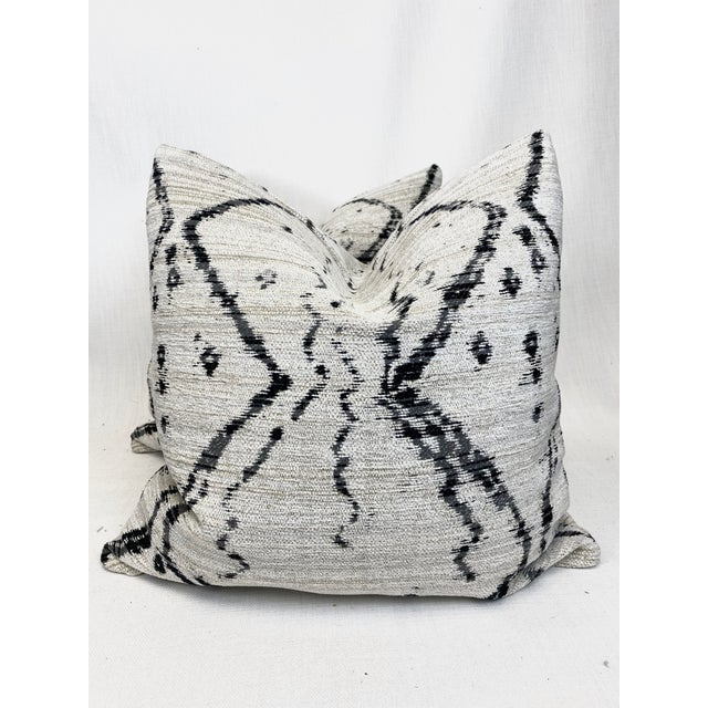 """Kravet """"Globe Trot"""" in Nero 22"""" Pillows - a Pair For Sale In Greensboro - Image 6 of 6"""