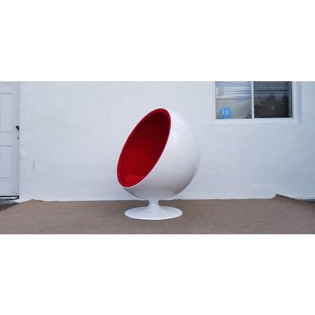 "Mid-Century Modern 1970s Vintage Eero Aarnio Style Fiberglass ""Ball"" Chair For Sale - Image 3 of 11"