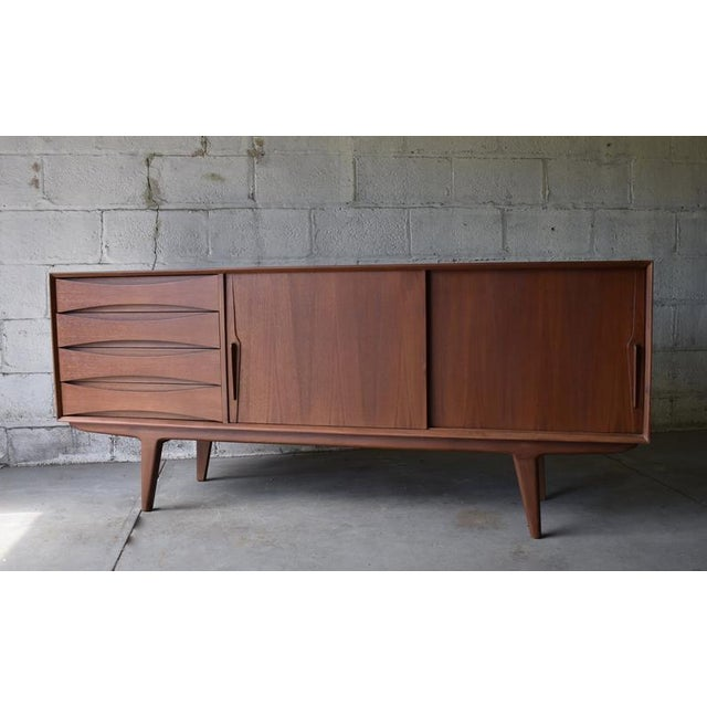 Long Mid Century Modern Teak Credenza / Media Stand For Sale - Image 4 of 11