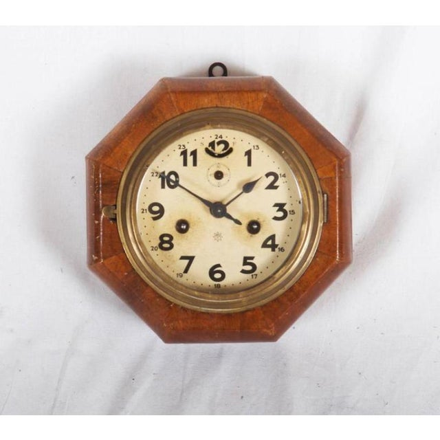 - Walnut octagonal box - Clock face with Arabic numbers - Mechanical movement - In original condition
