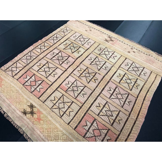 "Textile 1960s Vintage Beige Turkish Traditional Kilim Rug- 3'11"" x 4'5"" For Sale - Image 7 of 11"