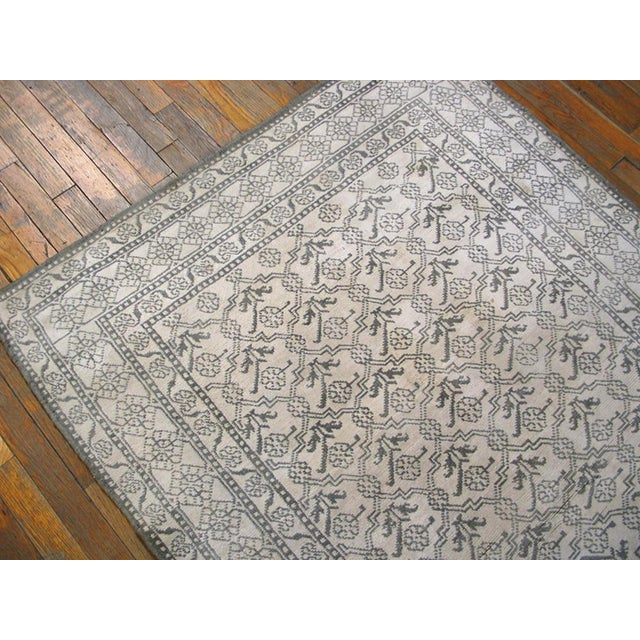 """Traditional 1920s Traditional Gray and White Wool Rug - 4'x6'7"""" For Sale - Image 3 of 6"""