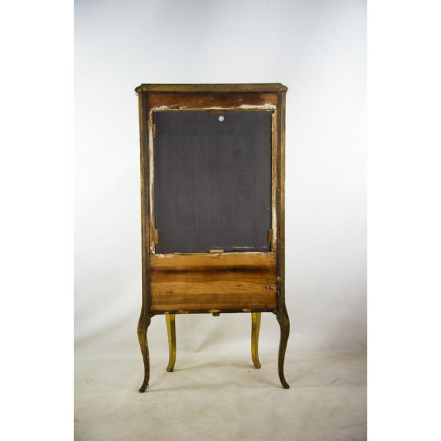 French Louis XV Giltwood and Curved Glass Curio Cabinet For Sale - Image 12 of 13