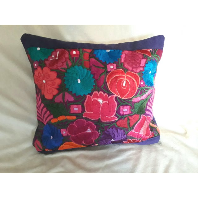 Stunning pillow, front face completely woven on the loom by mexican artists from the region of Chiapas. Newly made.