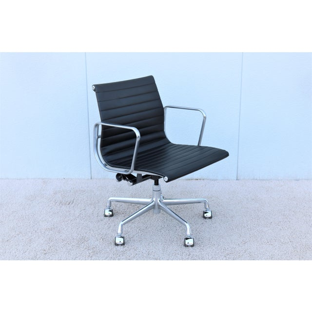 Stunning Authentic Mid-Century Modern Eames Aluminum Group Management Chair, A timeless design Classic and Contemporary...