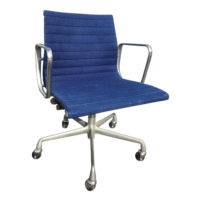 1980s Herman Miller Eames Blue Upholstered Aluminum Group Chair For Sale