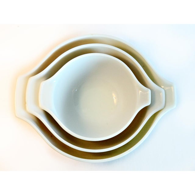 A wonderful set of beige / tan Pyrex mixing bowls. Great mushroom motif. Three nesting handled bowls great for mixing,...