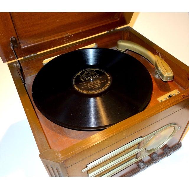 Art Deco Silver Tone' Console Antique Table Radio Phonograph Circa 1946 For Sale - Image 3 of 5
