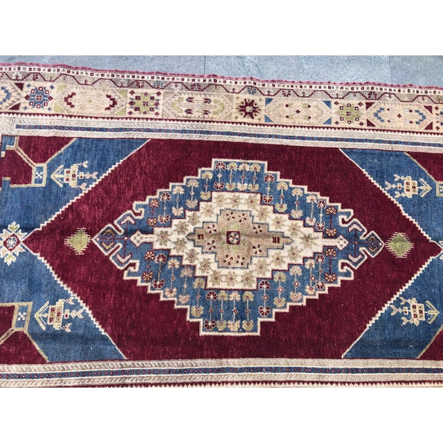 1960s Vintage Oversize Turkish Rug- 4′7″ × 8′8″ For Sale - Image 6 of 11