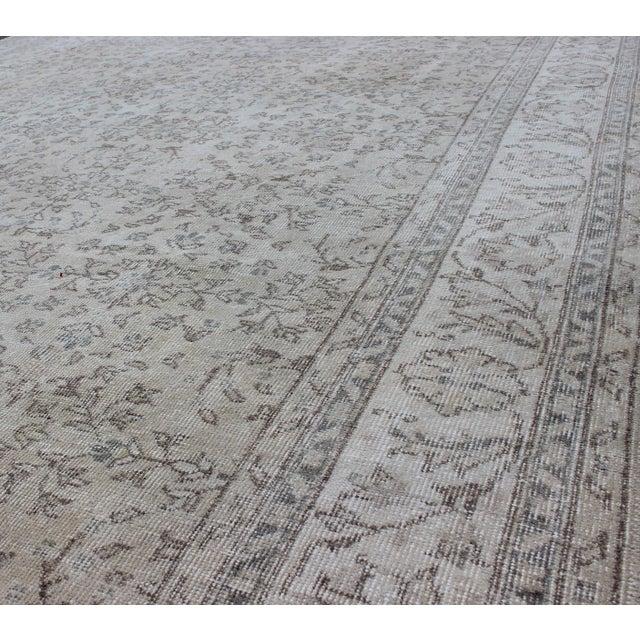 Textile Keivan Woven Arts, En-140556, 1950s Vintage Turkish Oushak Rug - 8′6″ × 12′5″ For Sale - Image 7 of 9