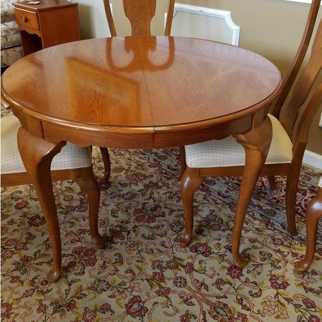 Oak 1990s Carleton Oak Drexel Heritage Queen Anne Round Dining Room Set For Sale - Image 7 of 11