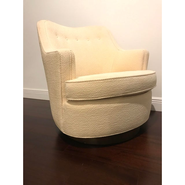 Wonderful Edward Wormley for Dunbar swivel chair model 4626. Chair features gorgeous curves. Mahogany base that swivels....
