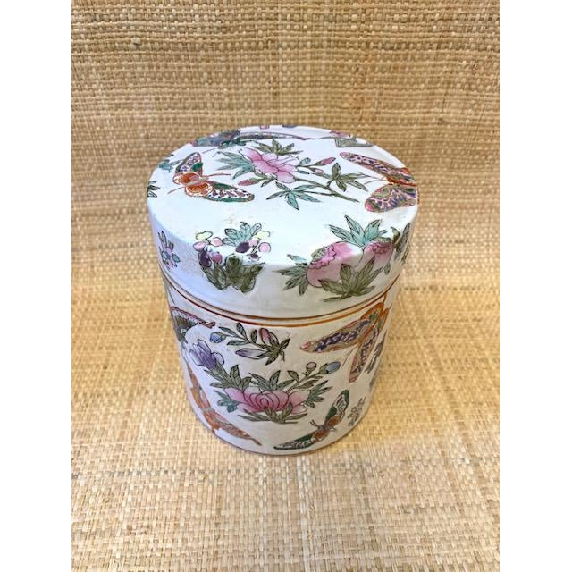 Chinoiserie 1970's Chinoiserie Porcelain Butterfly Lidded Container For Sale - Image 3 of 6