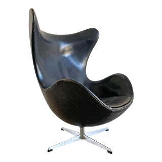 Arne Jacobsen Patinated Black Leather Egg Chair, 1963 For Sale