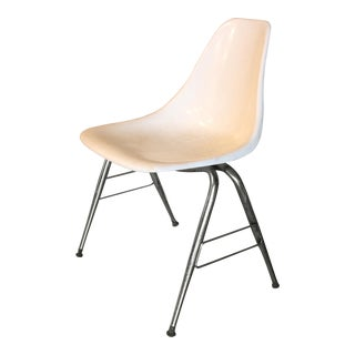 Mid-Century Modern Herman Miller Eames Style White Fiberglass Chair For Sale