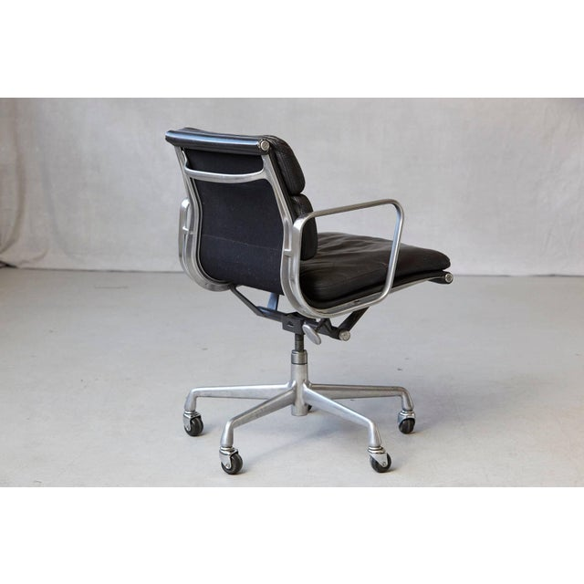 Metal Eames Aluminum Group Black Leather Soft Pad Chair on Casters for Herman Miller For Sale - Image 7 of 11