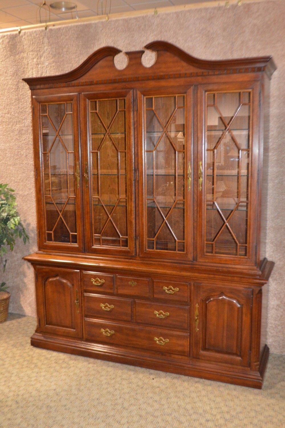 Chippendale Large Thomasville Traditional Style China Cabinet   2 Pc. For  Sale   Image 3