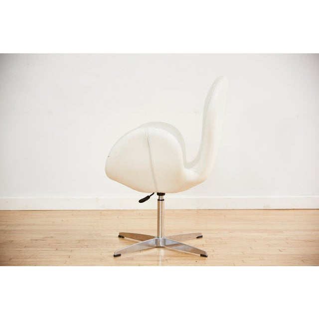 Mid-Century Modern Arne Jacobsen Style Swan Swiveling Lounge Chair For Sale - Image 3 of 12