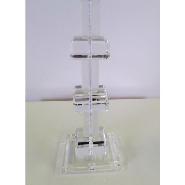 1970s Modern Columnar Clear and Frosted Lucite Table Lamp 1970s For Sale - Image 5 of 9