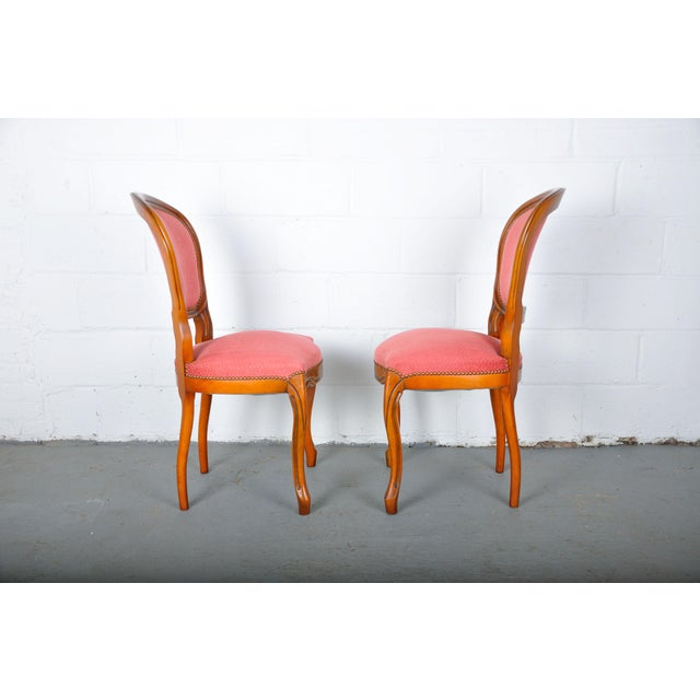 1950s Pair of Vintage French Louis XV Maple Dining Chairs W/ Off-Red Herringbone Wool Upholstery For Sale - Image 11 of 13