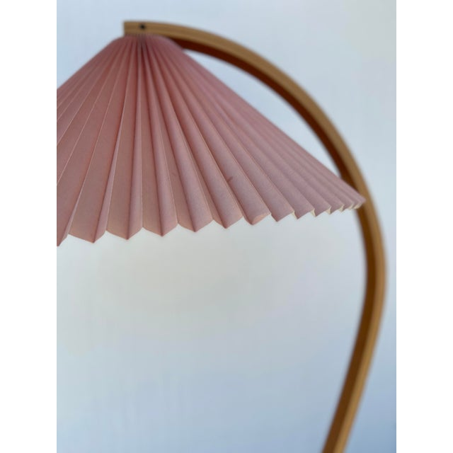 Blush 1970s Caprani Two-Toned Teak Bentwood Floor Lamp with Blush Pink Pleated Shade For Sale - Image 8 of 11