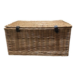 1980s English Wicker Picnic Basket With Side Handles and Leather Straps For Sale