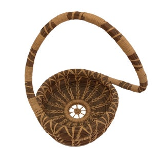 Late 20th Century Vintage Coushatta Pine Needle and Raffia Handwoven Basket With Sculptural Handle For Sale
