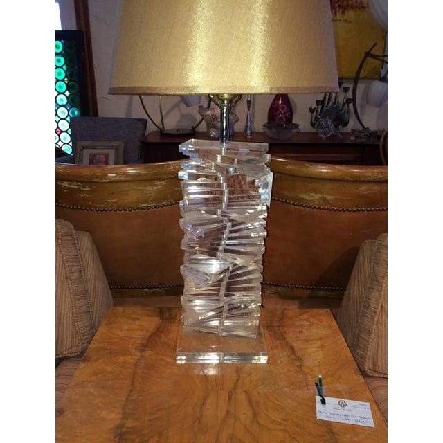 Hollywood Regency Sculptural Helix Lucite Lamp For Sale - Image 4 of 11