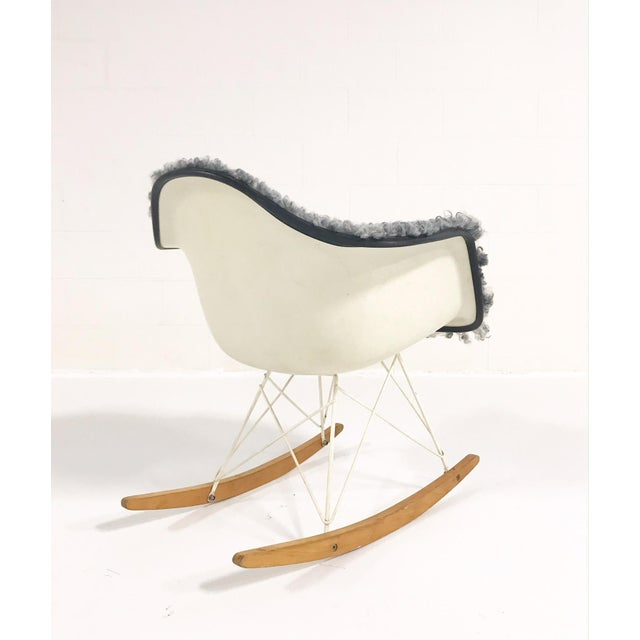 Mid-Century Modern Vintage Charles and Ray Eames for Herman Miller Rar Rocking Chair Restored in Gotland Sheepskin For Sale - Image 3 of 8