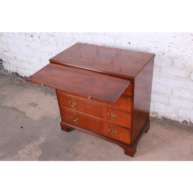 1980s Baker Furniture Georgian Mahogany Four-Drawer Bachelor Chest or Commode For Sale - Image 5 of 13
