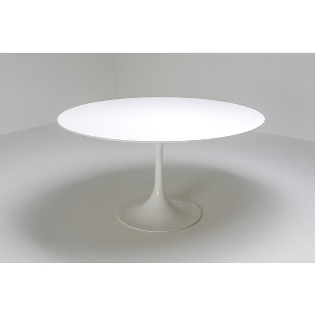 Knoll International large round white dining table by Eero Saarinen, United States 1970s. This design classic is made with...