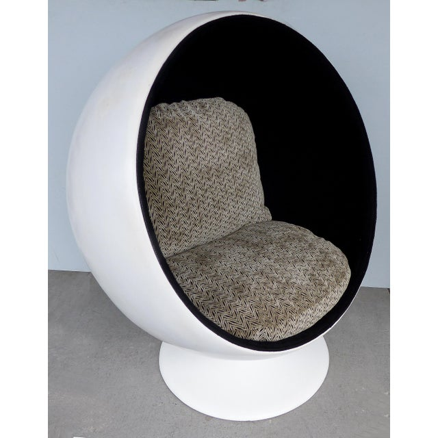 Eero Aarnio Attributed Mid-Century Modern Ball Chair, circa 1965 Offered for sale is an iconic Mid-Century Modern swivel...