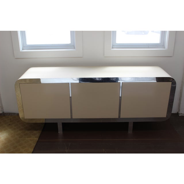 Check out this beautiful 1970s Mid Century modern off white lacquered credenza/sideboard in the style of Pace. Rare piece...
